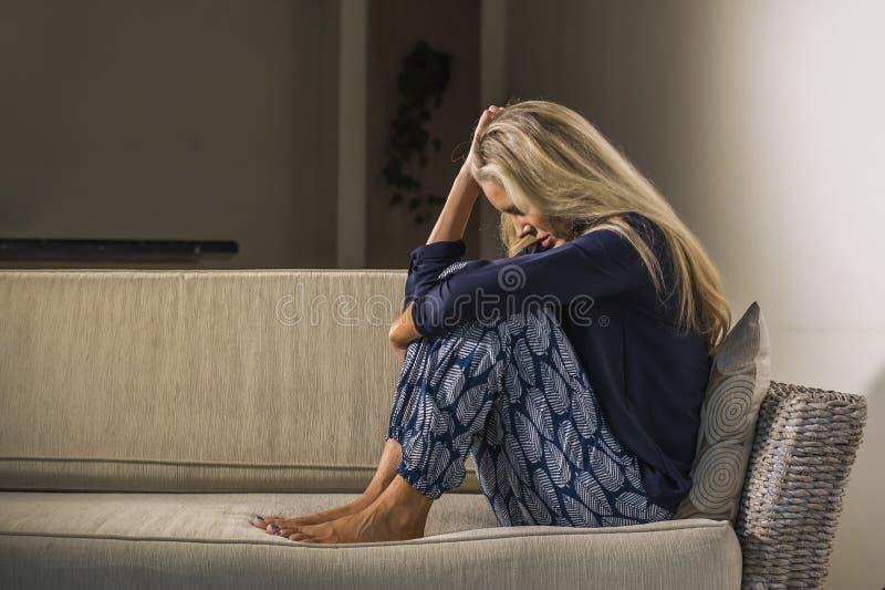 沮丧和急切美丽的白肤金发的妇女遭受的depressio 库存图片
