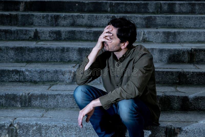 沮丧的人旁边坐感到的步疲倦和哀伤 免版税库存图片