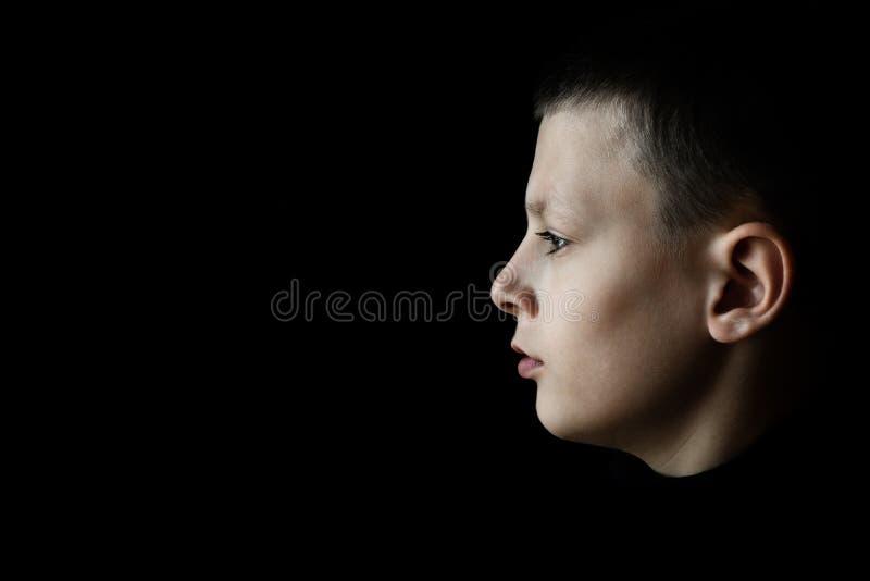 沮丧的哀伤的男孩外形画象 免版税库存图片