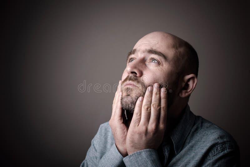 沮丧的哀伤的秃头人 库存照片