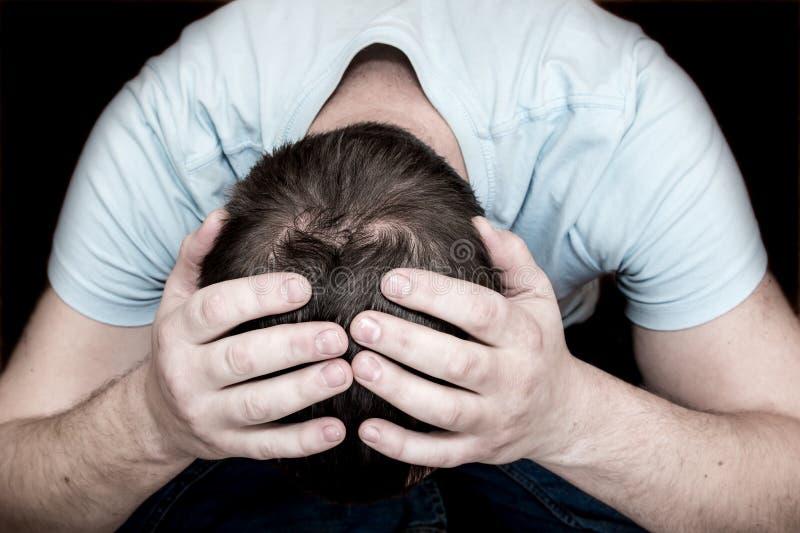沮丧的哭泣的人 免版税图库摄影