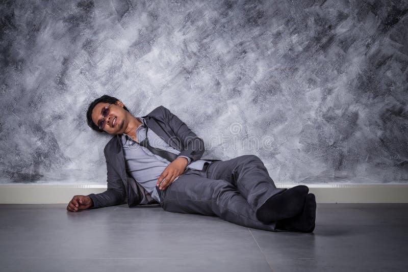 沮丧的商人坐地板 库存图片