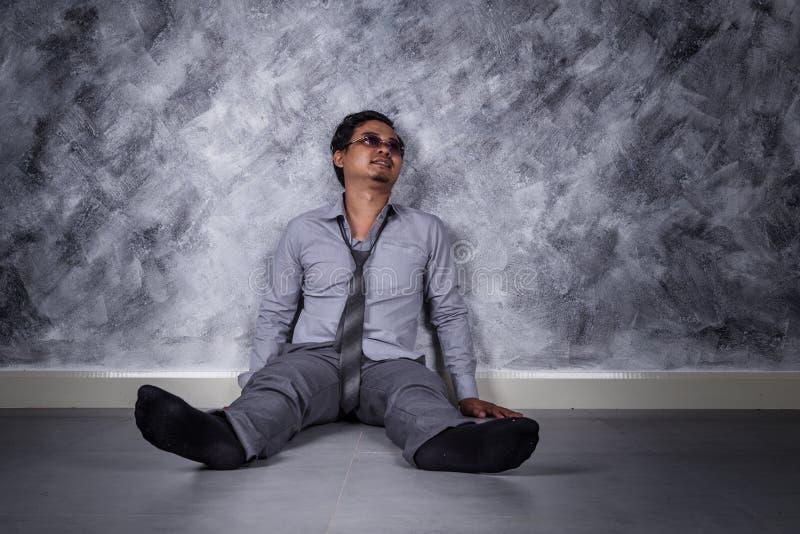 沮丧的商人坐地板 图库摄影