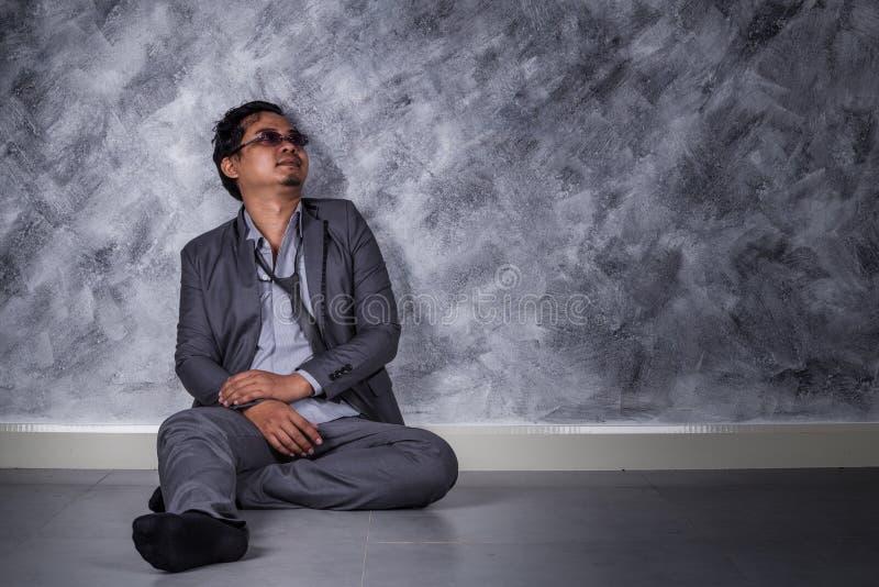 沮丧的商人坐地板 免版税库存照片