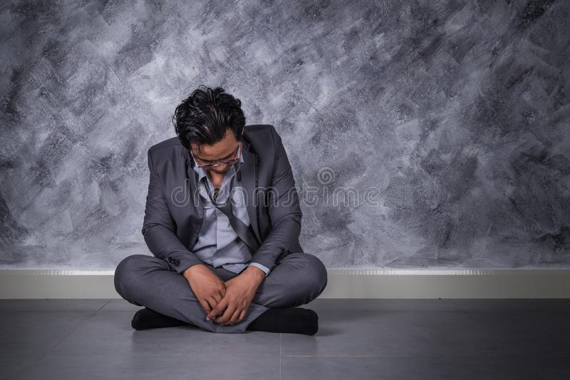 沮丧的商人坐地板 库存照片