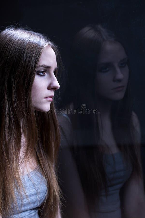 沮丧的女孩使上瘾对药物 库存照片