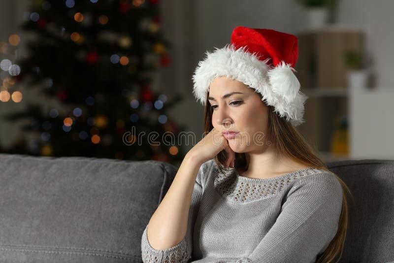 沮丧的女孩及时圣诞节打过工在家 库存图片