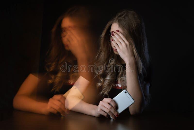 沮丧的女孩,是的年轻女人的特写镜头图片在网上胁迫的受害者 免版税库存照片