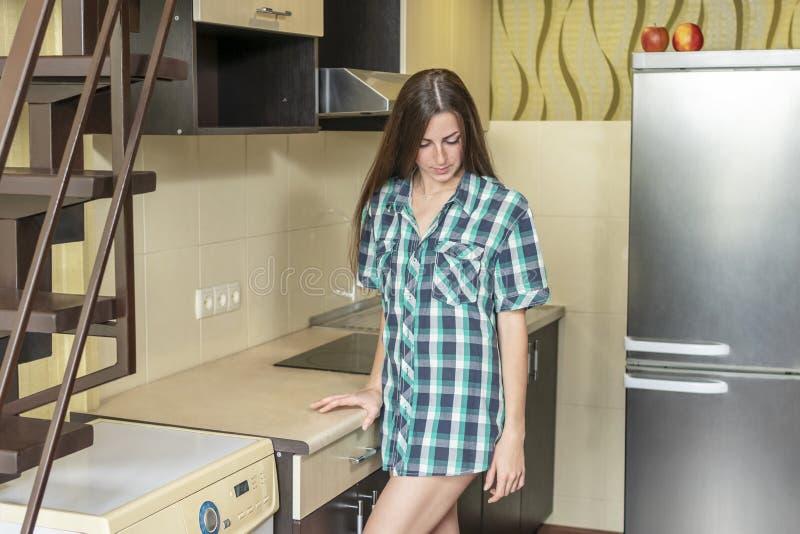 沮丧的妇女在厨房里 库存图片