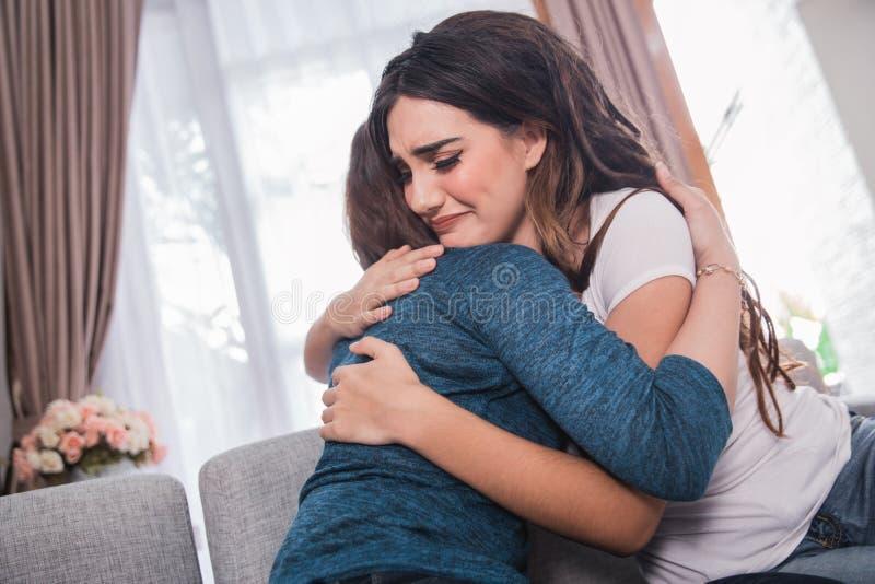 沮丧的妇女是容忍由她的朋友 免版税库存图片