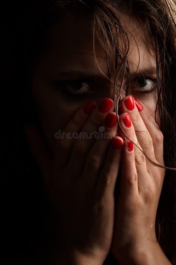 沮丧的妇女画象用包括面孔,湿面孔,演播室射击的手 库存图片