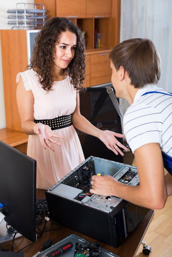 沮丧的客户和个人计算机工程师在工作 库存图片