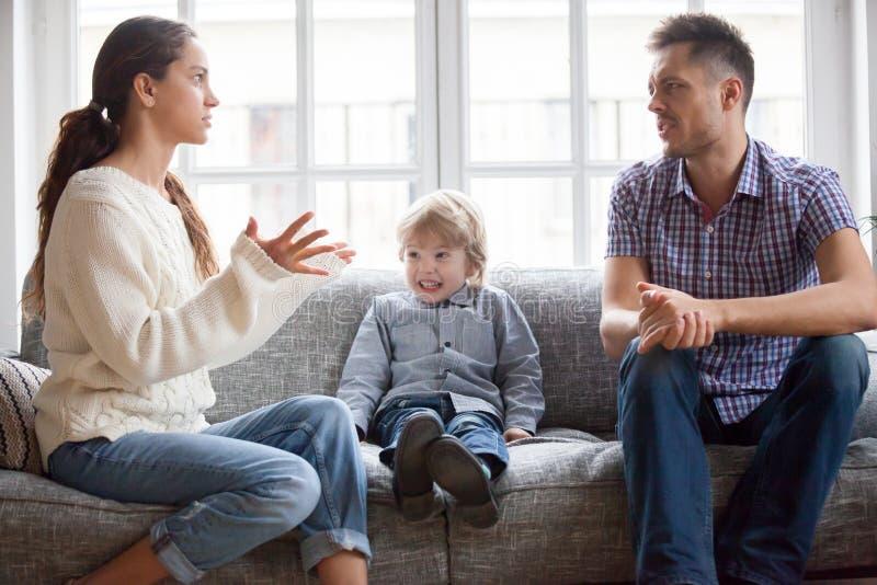 沮丧的小孩男孩惊吓了与妈妈和爸爸战斗 图库摄影