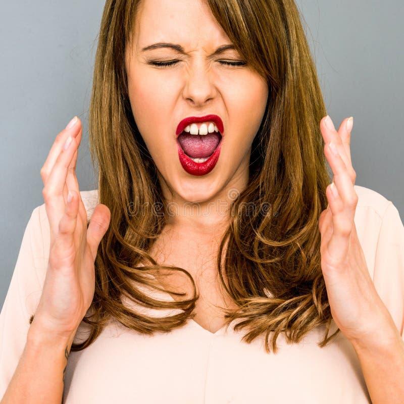 沮丧的少妇尖叫在愤怒 免版税图库摄影