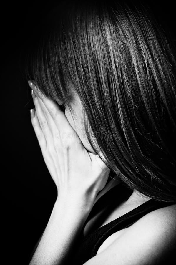 沮丧的少年女孩纵向。 免版税库存照片