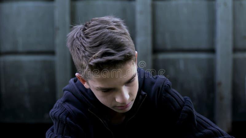 沮丧的少年男孩感觉的绝望,后悔错误做,哀痛 库存图片