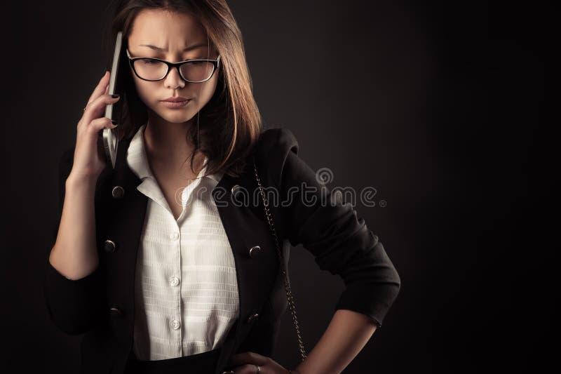 沮丧的少年女孩谈话在手机 免版税库存图片