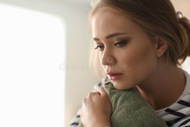 沮丧的年轻女人在家 免版税库存图片