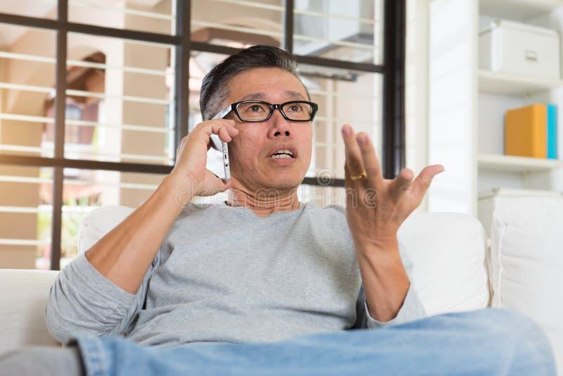 沮丧的成熟的亚裔人 免版税库存图片