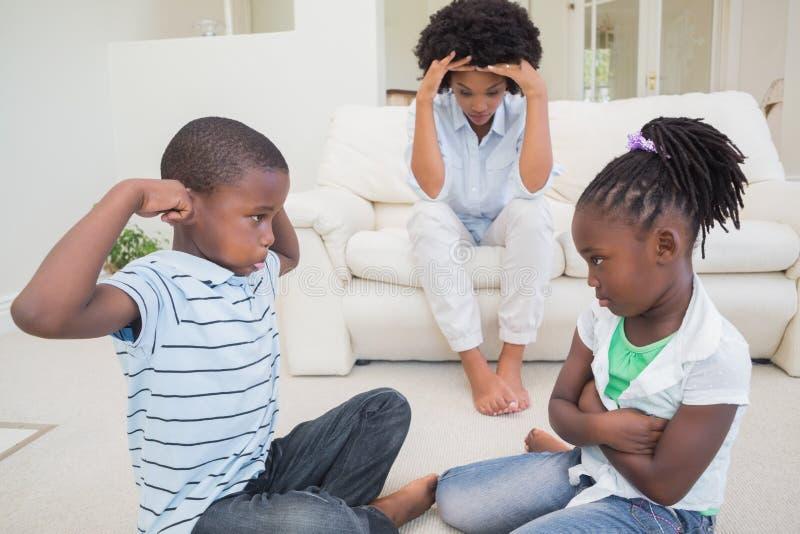 沮丧的母亲观看的儿童战斗 免版税库存图片