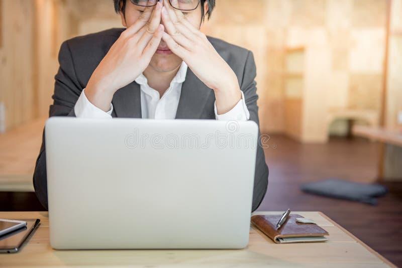 沮丧的被注重的商人在工作场所 库存照片