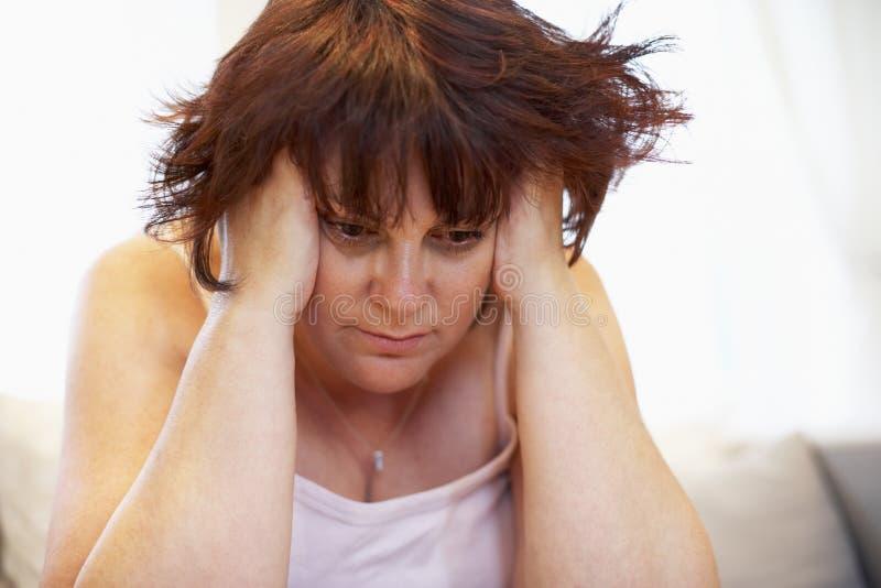 沮丧的超重妇女 库存图片