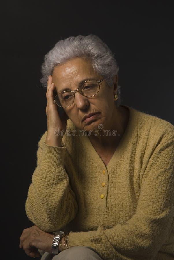 沮丧的高级妇女 库存照片