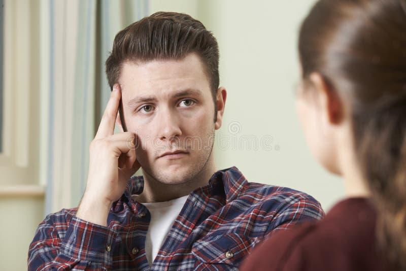 沮丧的年轻人谈话与顾问 免版税库存照片