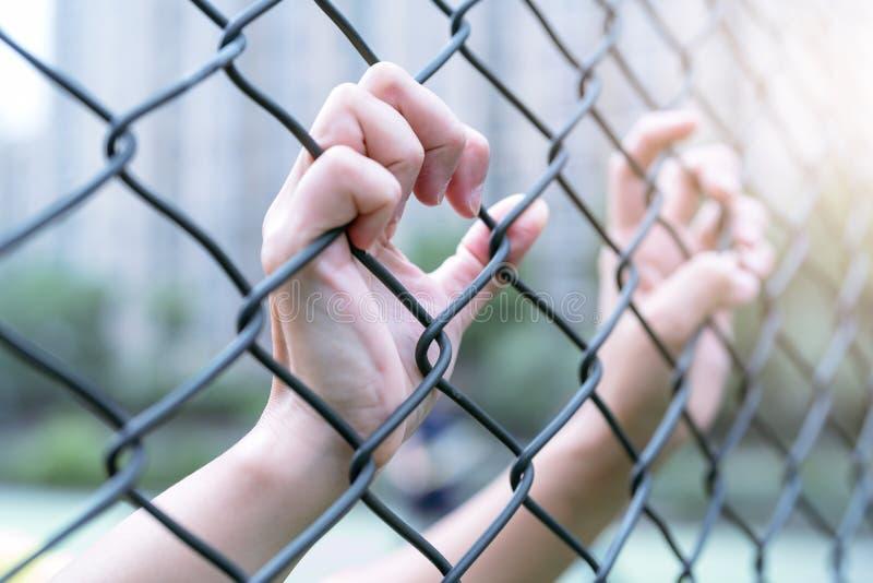 沮丧,麻烦和解答 妇女在链子链接篱芭递 免版税图库摄影