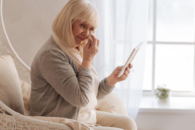沮丧年迈的妇女哭泣 库存照片