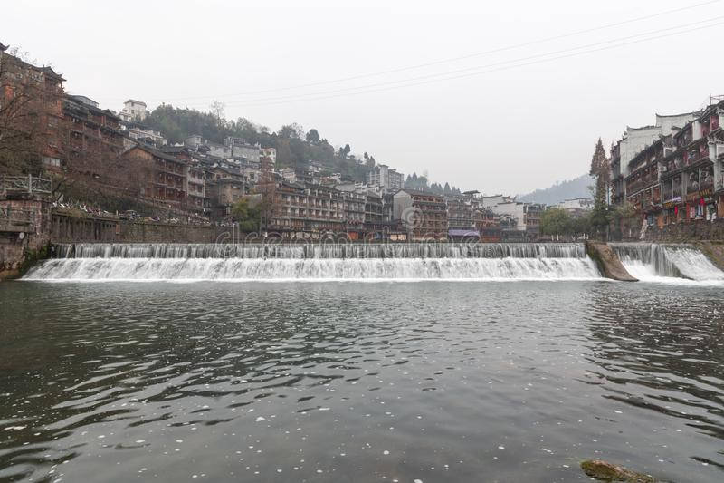 沱江河和老房子的风景 免版税库存图片