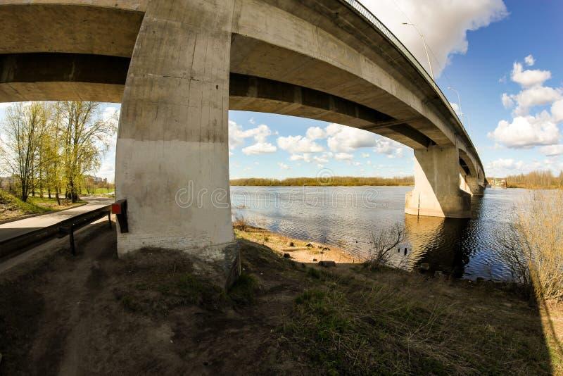 河上混凝土支护路桥 免版税库存图片