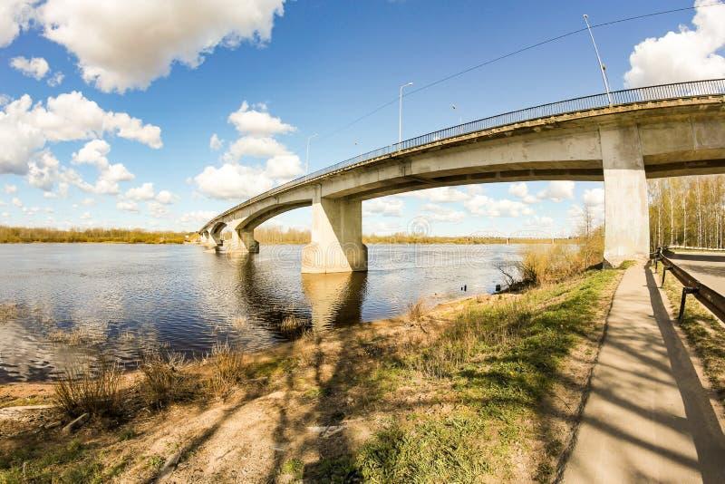 河上的公路桥 库存照片