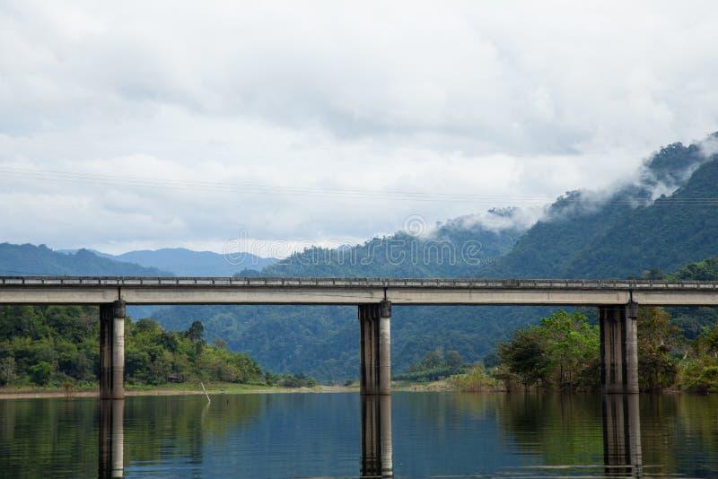 河上的桥。 免版税库存照片