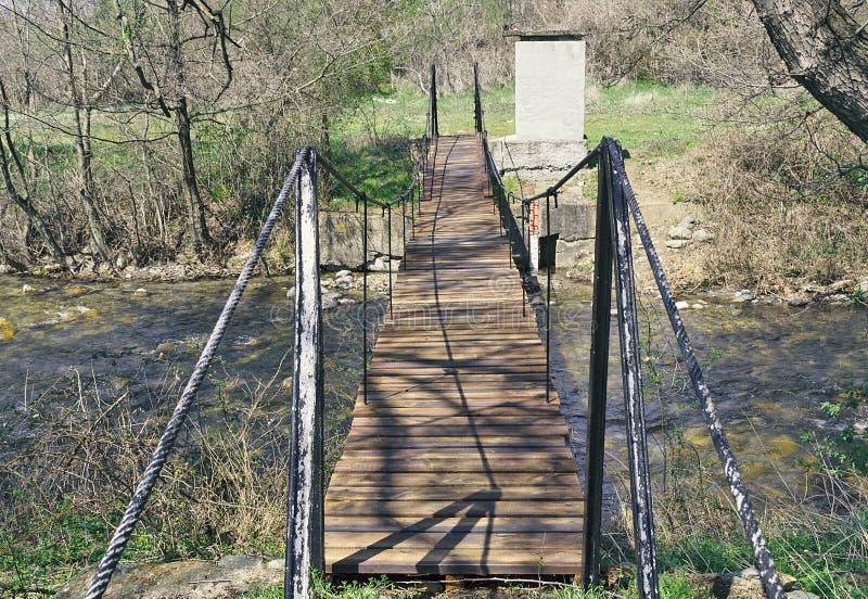 河上的绳索桥 农村河的桥 春 库存照片