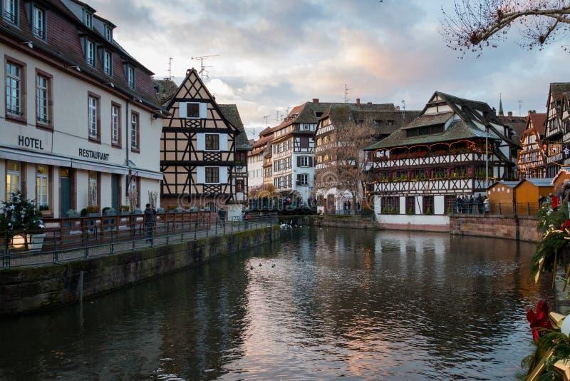 河不适和房子在La小的法国区在斯特拉 库存图片