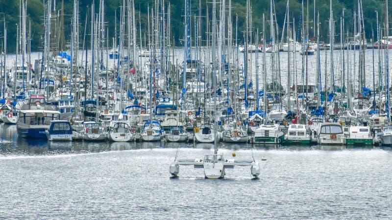 河体育小船拥挤口岸  免版税图库摄影