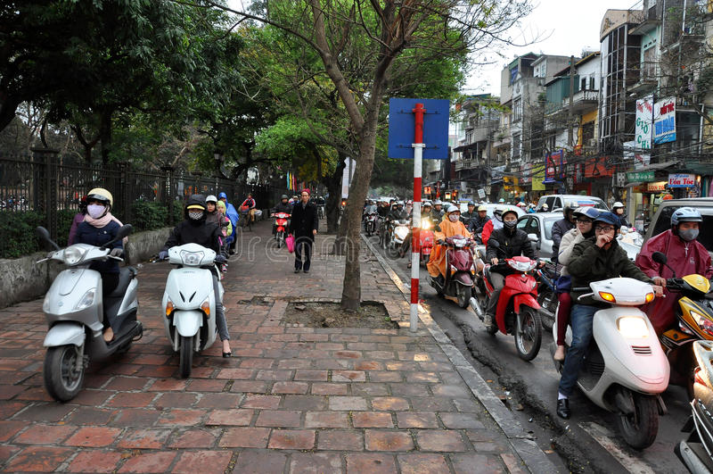 河内业务量 摩托车司机人群在街道上的 库存照片