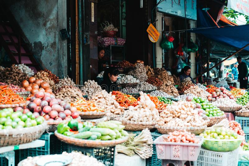 河内,越南,12 20 18:在街道的生活在河内 供营商设法卖他们的在河内拥挤的街的物品  免版税库存图片