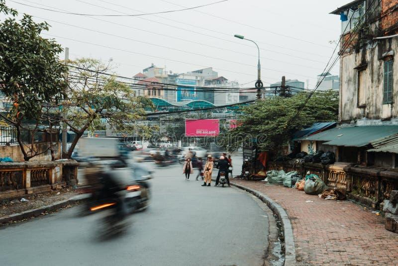 河内,越南,12 20 18:在街道的生活在河内 警察设法罚款人,不用在他们的滑行车的一件盔甲 免版税库存图片