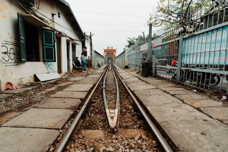 河内,越南,12 20 18:等待在著名火车街道的游人在河内和拍有些照片 免版税库存图片
