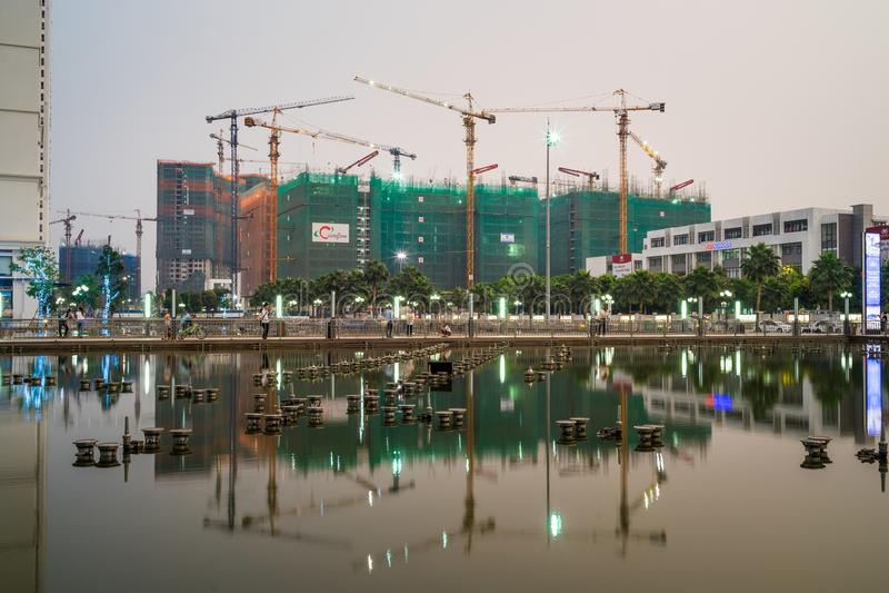 河内,越南- 2016年5月10日:与反射的建设中大厦在暮色时常期间城市, Minh Khai街道 库存图片
