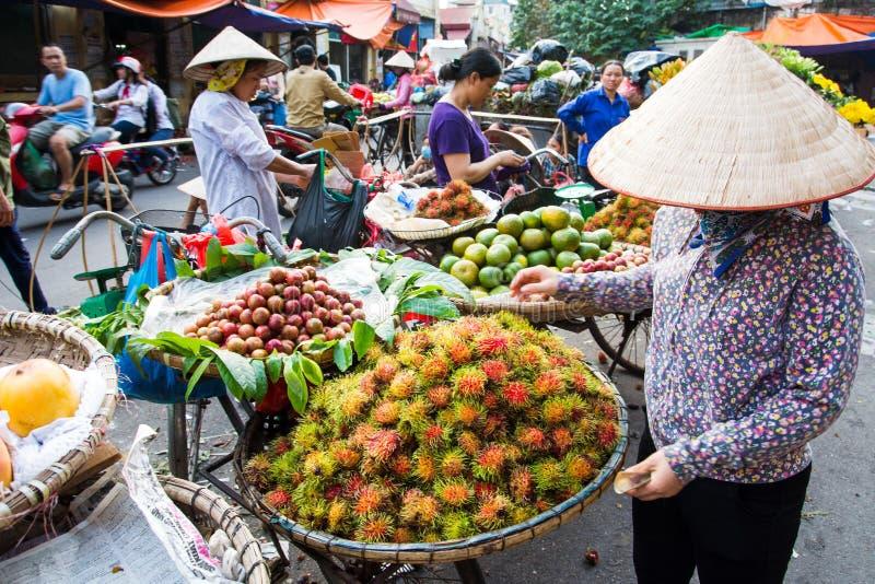 河内,越南- 2017年5月22日:卖在a的妇女热带水果 库存照片