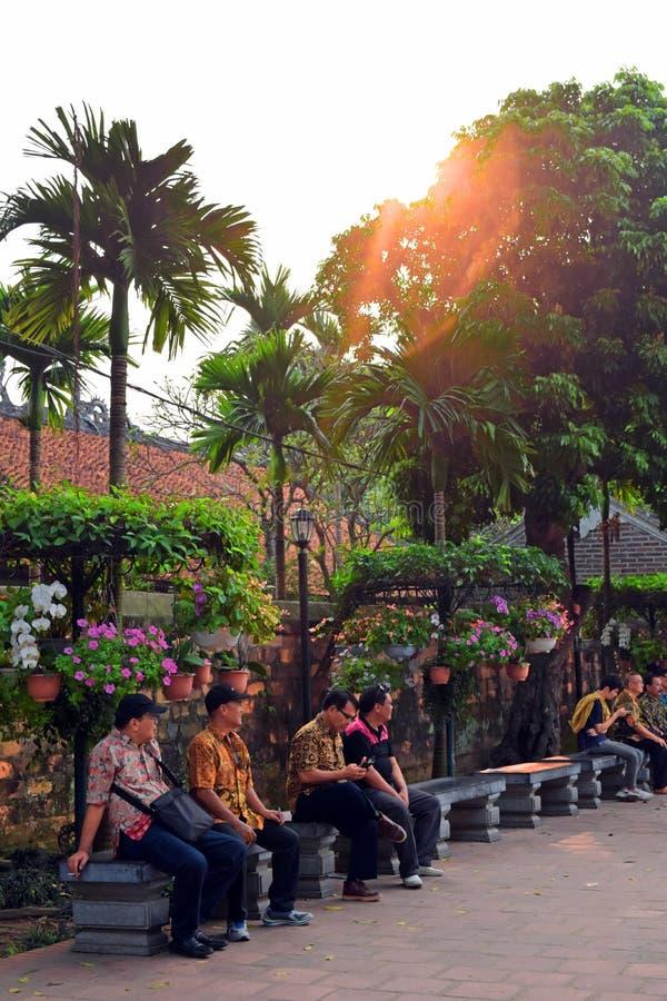 河内,越南- 2019年3月31日:基于长凳的人们在河内首都的中心 免版税库存照片