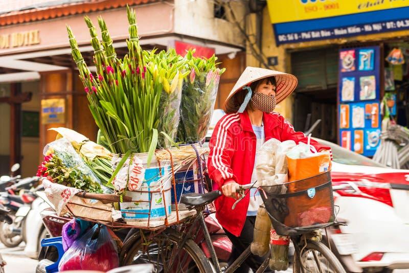 河内,越南- 2016年12月16日:妇女在地方市场上卖花 特写镜头 免版税库存照片
