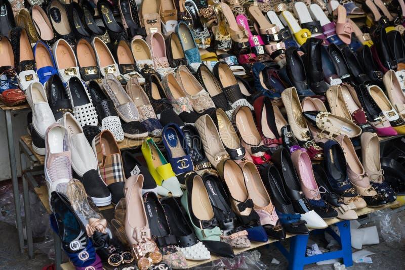 河内,越南- 2015年4月5日:妇女鞋子的各种各样的类型在一家商店的待售在河内 免版税库存图片
