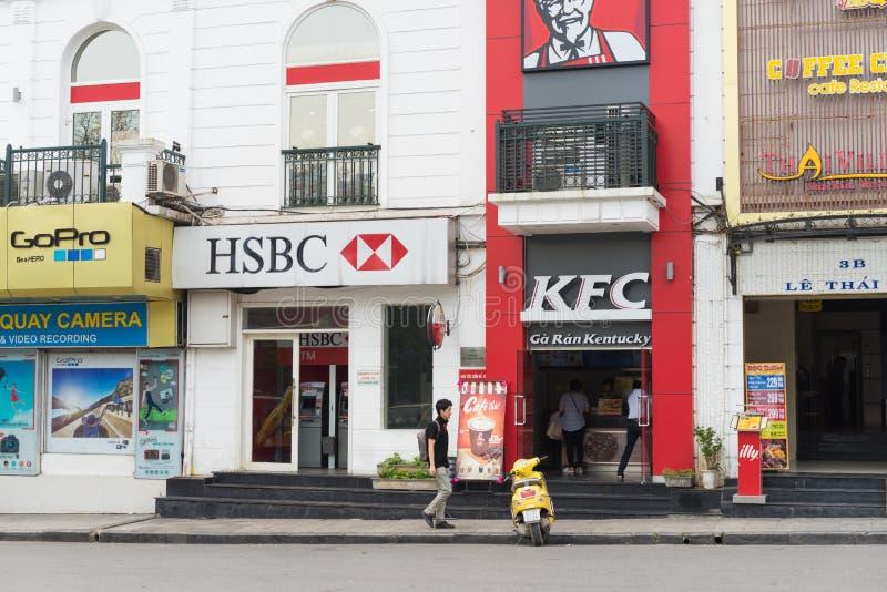 河内,越南- 2015年4月5日:汇丰停留在肯德基餐馆旁边的分部正面图在Le Thai To街道,在Hoan Kiem l旁边 库存照片