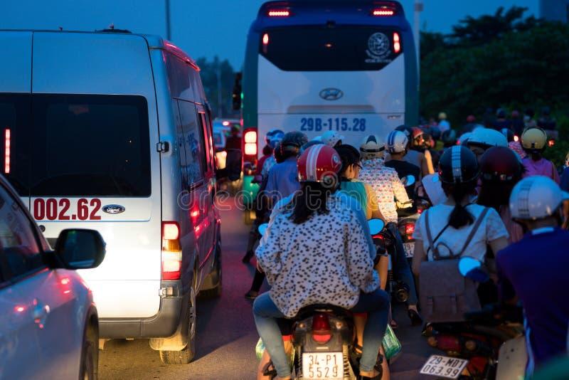河内,越南- 2016年9月4日:汽车和摩托车黏附了在交通堵塞,在Co Linh街道,长的比恩区的高峰时间 库存图片