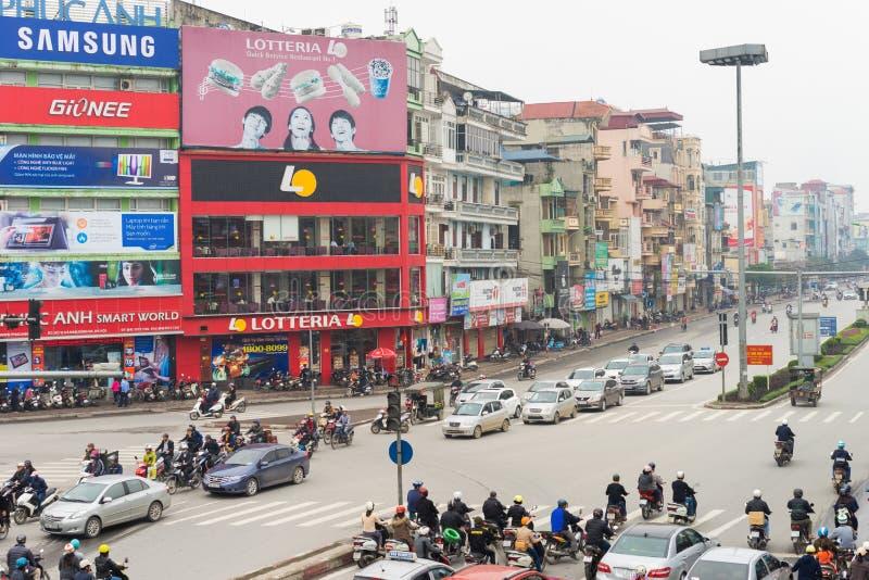 河内,越南- 2015年3月15日:河内交通低鸟瞰图在Xa丹街道的 停止在红绿灯的车 免版税图库摄影