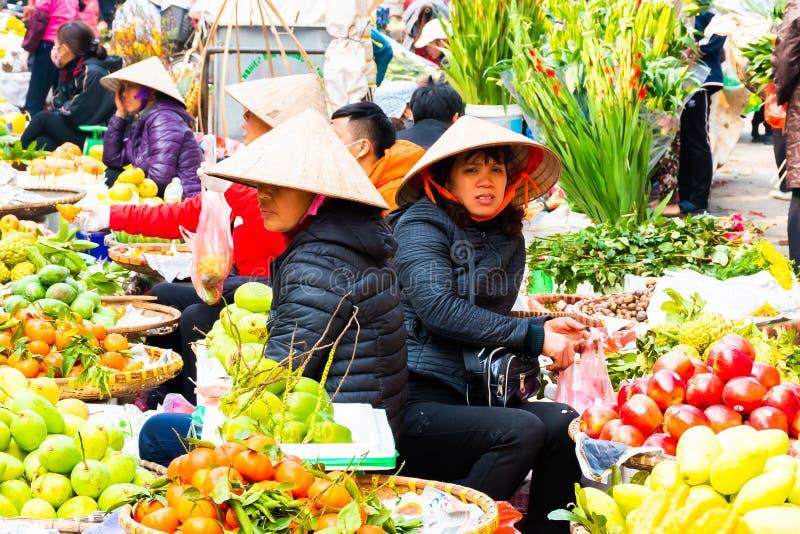 河内,越南- 2018年2月13日:河内市出售花或其他工具的街边小贩在花市场上在家需要在 免版税库存照片